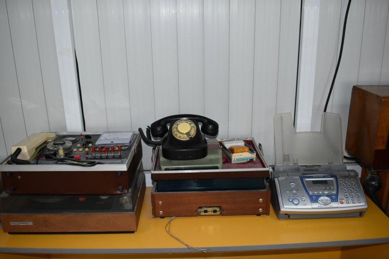 Стари модели телефони, телефонна централа и телефакс